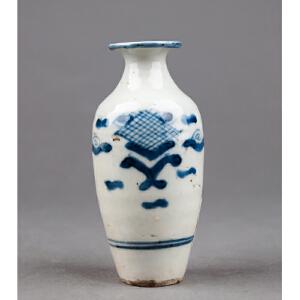 Z352清《青花博古小瓶》(北京文物公司旧藏,器型规整,胎质细密厚重,手工绘制纹样精妙绝伦,年代感十足)