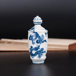 C1680《旧藏青花龙纹鼻烟壶》(此鼻烟壶色彩纯正,画工精细,包浆丰润,年代感十足,本公司初步定代为晚清,收藏价值较高。)