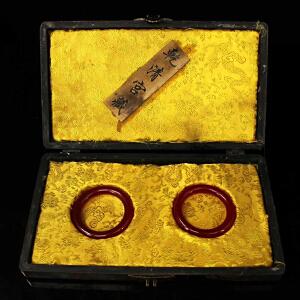 珍藏清红玉手镯一对 配老漆器盒