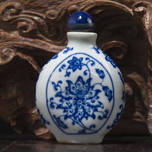 S228清《青花缠枝莲纹鼻烟壶》(次鼻烟壶保存完整,图案鲜艳清晰,包浆丰润。配有精美锦盒。)