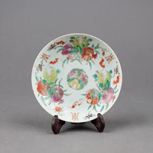 Q328清《粉彩福寿小盘》(北京文物公司旧藏,粉彩为饰,器身绘制图案吉祥,胎厚釉肥,古意盎然,送鸡翅木支架及精致锦盒。)