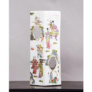 C747清《粉彩人物帽筒》(粉彩人物故事,图案精美有趣,筒身镂空造型,筒口严重裂痕,底款:大清同治年制,配有精致锦盒)