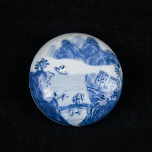 C53清《青花堆雕山水人物印泥盒》(欧洲回流、包浆老到、颜色鲜艳。)