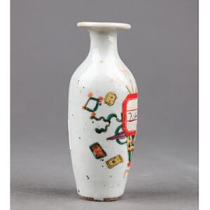 S356清《粉彩博古纹小瓶》(北京文物公司旧藏,器型规整,胎质细密厚重,手工绘制纹样精妙绝伦,年代感十足。送精致锦盒。)