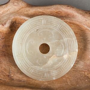 Q369《云纹和田玉璧》(北京文物公司旧藏,纯手工雕刻,寓意吉祥,玉质温润,中间有裂纹)