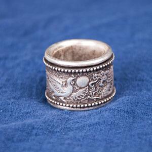 C1578《旧藏转运银扳指》(此银扳指外层刻龙凤图纹,可转动,寓意美好,时来运转。内壁铸有光绪天宝足银字样。银纯度不详未检测。)