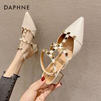 达芙妮包头凉鞋女夏季2021新款百搭尖头中跟细跟T型带时装铆钉鞋