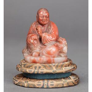 S426民国《寿山石镶宝石瑞兽罗汉》(罗汉整体用名贵红寿山雕琢而成,雕工精湛老练,包浆皮壳厚重,不可多得。)