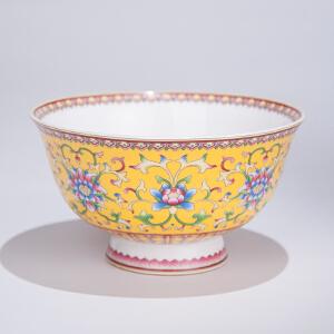 X1520 清《黄地粉彩缠枝花碗》(此碗器型规整,色彩艳丽,图案清晰,包浆丰润,保存完整。底款:大清乾隆年制)