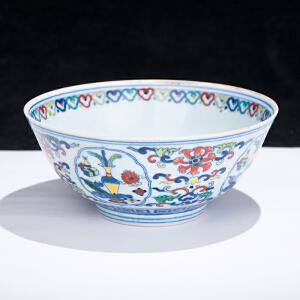 C1470《旧藏斗彩缠枝花纹碗》(此碗器型规整,色彩艳丽,图案清晰,包浆丰润,保存完整。底款:大清雍正年制。)