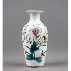 C351清《粉彩花卉小瓶》(北京文物公司旧藏,器型规整流畅,粉彩为饰,器身绘制图案精美绝伦,胎厚釉肥,古意盎然)