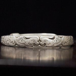 C147《旧藏鸳鸯纹案银手镯一支》(此银制手镯可任意调制口径大小,纹饰寓意吉祥,雕工极致唯美,包浆丰润,古意盈人,佩戴收藏之佳品,银纯度不详未检测。)