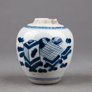 S362清《青花博古小圆罐》(北京文物公司旧藏,送精美锦盒,器型规整,胎质细密厚重,手工绘制纹样精妙绝伦,年代感十足。送精致锦盒。)