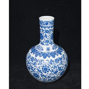 Z1130清《青花缠枝花纹天球瓶》(此青花天球瓶纹案清晰,色泽艳丽,包浆丰润,底款:大清乾隆年制。保存完整。配精美锦盒。)
