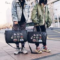 潮流旅行包男短途出差手提包女韩版大容量超大男士简约韩版行李袋 帅气徽章款式 中