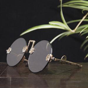 S221民国《水晶墨镜》(水晶镜片配有铜制眼镜架,镜架尾端为铜钱图案,样式古朴,保存完整,实为不可多得的收藏之佳品。配有精美锦盒。)