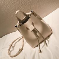 【】纯色抽带水桶包女春季新款欧美时尚单肩包复古斜挎包包潮 米白色 预售定制先拍先发
