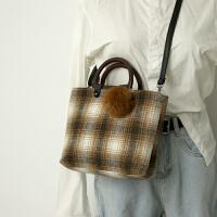 欧美时尚女士包包冬季新款毛球格子手提包ins超火斜挎包 棕色