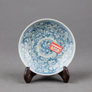 C325清《青花勾莲小盘》(赠送鸡翅木支架。北京文物公司旧藏,胎质细密厚重,手工绘制纹样精妙绝伦,年代感十足,送鸡翅木支架及精致锦盒。)