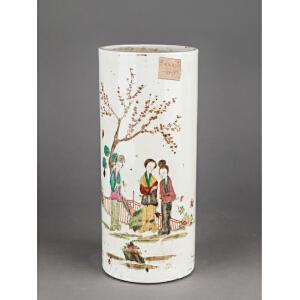 Z409民国《粉彩仕女帽筒》(北京文物公司旧藏,包浆丰润,釉色纯正,器型规整流畅,古意盎然,粉彩为饰,纹饰栩栩如生。配精致锦盒。)