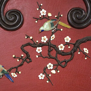 C927民国《花鸟挂屏》(血檀边框,玉石螺钿镶嵌而制,底板刷红色大漆,包浆厚重,做工精细,保存完整。属实用收藏型。)