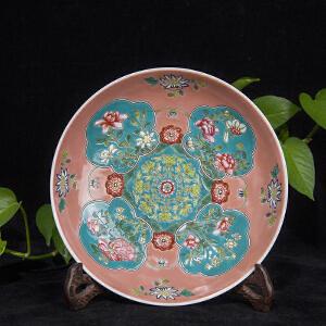 C430清《粉彩花卉赏盘》(北京文物公司旧藏。器型规整,色泽鲜艳,保存完整,有开片痕迹。底款为:康熙御制。配精致锦盒及鸡翅木盘架。)