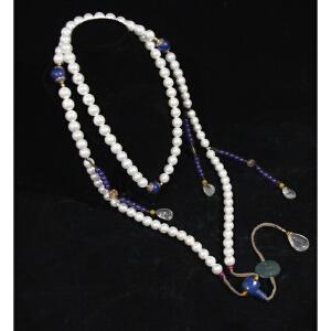 S1111清《朝珠一套》(此套朝珠用材讲究,精选天然珍珠108颗,配青金石及水晶串连而成。包浆丰润,保存完整。)