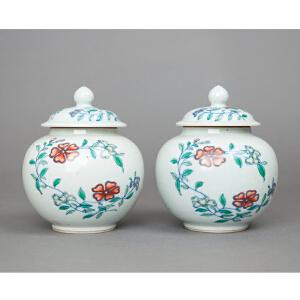 Z483清《斗彩花卉盖罐成对》(大清康熙年制,此罐体绘有缠枝花卉,花卉绚丽多芬,给人美的享受。)