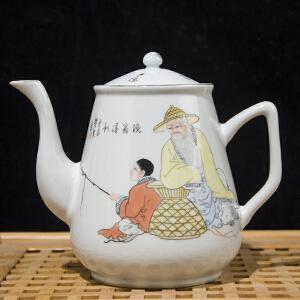 C296民国《粉彩渔翁得利图壶》(北京文物公司旧藏。此壶图案鲜艳生动,釉质丰润,器型规整,底款为:江西映月轩品。配有精美锦盒。)