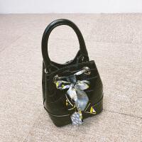 石头纹水桶包女秋冬新款手提包时尚丝巾抽带斜跨包包女小包 黑色 少量现货