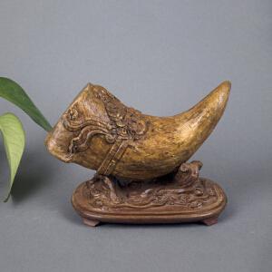 Q71清《沉香牛角摆件》(纯手工雕刻、雕工巧妙、栩栩如生、包浆丰厚、带底座)