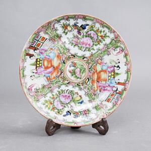 Q675清《广彩描金人物花卉盘》(此盘人物栩栩如生,花卉绘画精美,是不可多得之佳品。)