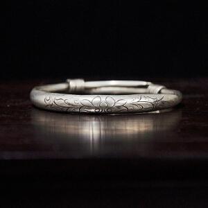 C139民国《莲花纹银手镯一支》(此银制手镯可任意调制口径大小,雕有莲花纹样,雕工极致唯美,包浆丰润,古意盈人,佩戴收藏之佳品,配有精美锦盒)