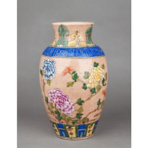 S495清《粉彩开片花卉敞口瓶》(此瓶身绘精美粉彩花卉,瓶身整体造型规整大气,开片均匀,口沿处有磕碰一处。)
