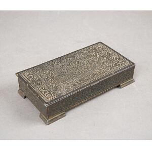 C822清《锡制花卉盖盒》(此盖盒为锡制,盖面刻花卉,盒周身刻画花瓣。纹饰简单明了,工艺精湛,构思独特,刻画生动逼真。)
